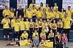 """V národním finále v minibasketbalu obsadilo smíšené družstvo BK Vyškov šesté místo. Na snímku je tým spolu se členy svého """"žlutého"""" fanklubu."""