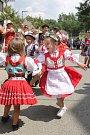 Děti zatančily na písničku Červený šáteček.