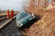 Hasiči zasahovali u nehody auta, které v Marefách vjelo do kolejiště.
