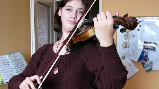 Jitka Kneslová z Bučovic se svými houslemi.