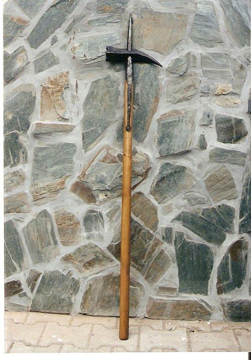 Ukázky práce s meči a zbraněmi.