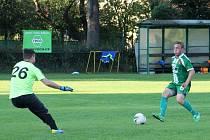Šest gólů nastříleli fotbalisté Tatranu Rousínov (zelené dresy) v přípravném utkání domácímu SK Žebětín.