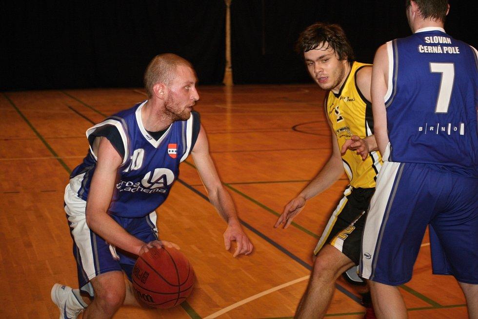 Vyškovští basketbalisté v utkání s brněnskými Černými Poli.
