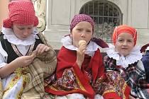 Dívky se souboru Klebetníček zpříjemňovaly odpoledne zpěvem a tancem. Po pěkném výkonu si vychutnávají zasloužený odpočinek.
