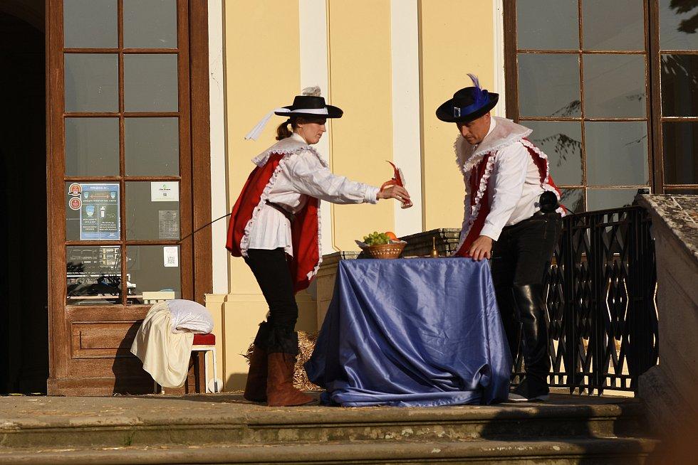 Diavdelní představení na motivy románu Alexandra Dumase Tři mušketýři mohli sledovat diváci v zámeckém parku ve Slavkově.
