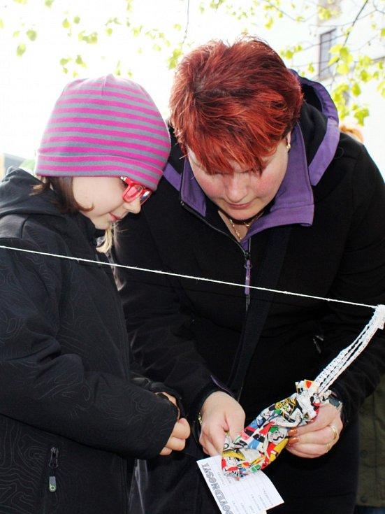 Možnost vyzkoušet si skákací boty i jinak prověřit dovednosti měly děti na Masarykově náměstí ve Vyškově na tradičním zahájení turistické sezony. Kdo chtěl, mohl vyrazit i na pochod osvobození města.