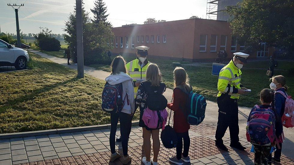 Děti přechází ve čtvrtek ráno u Základní školy Morávkova.
