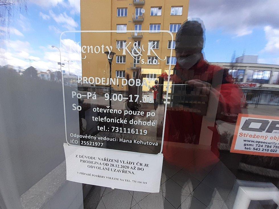 V centru Blanska míjí lidé zavřené obchody. Ty jsou stále mimo provoz kvůli epidemii koronaviru.