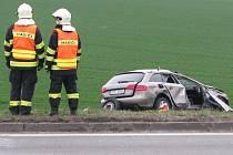 Nehoda osobního auta a linkového autobusu, která se stala na silnici I/50 mezi Slavkovem u Brna a Holubicemi nedaleko Velešovic si vyžádala tři těžce zraněné.