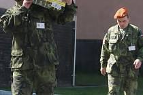 ZÁCHRANÁŘI KONČÍ. Vojáci ze 155. záchranného výcvikového praporu opouštějí bučovická kasárna.