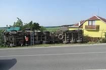 Dvaačtyřicetiletý řidič jel ve směru od Ruprechtova a na začátku Ježkovic, v levotočivé zatáčce, najel na krajnici, nezvládl řízení a překlopil se na pravý bok.