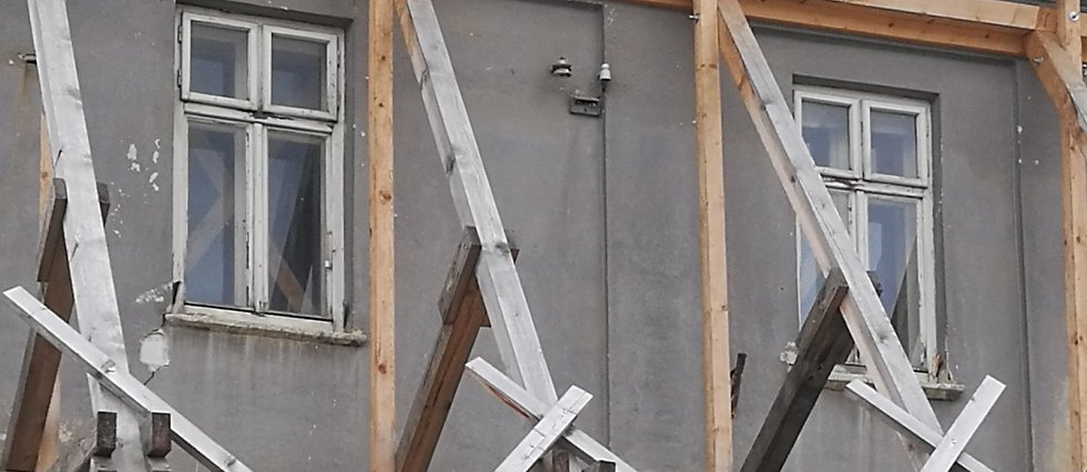 Historický měšťanský dům jistí v Husově ulici podpěry.