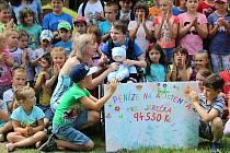 Příběh chlapce, který získal peníze na asistenta, několikrát zveřejnila i redakce Vyškovského deníku Rovnost. Komořanské děti mu pomohly divadelním představením.