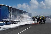 Provoz na dálnici D1 ve směru na Brno od středečního poledne stojí. U sjezdu na Vyškov hoří návěs kamionu.