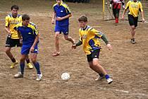Turnaj v malé kopané v Manerově se hrává na přírodním hřišti uprostřed zeleně.