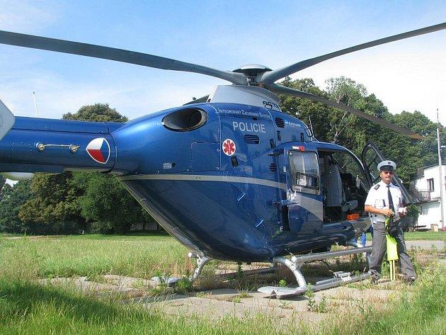 Nad motoristy na Vyškovsku  bděl policejní vrtulník.