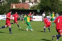 Fotbalisté Sokola Dědice (na snímku v červeném) se i příští rok zúčastní nejvyšší krajské soutěže. Kvůli problémům s kádrem chtěli představitelé klubu přihlásit tým jen do nižší soutěže, nakonec se však rozhodli setrvat v přeboru.