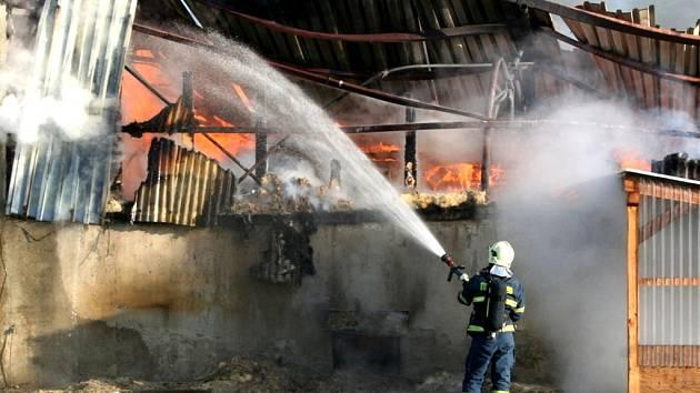 V Lulči vypukl rozsáhlý požár haly na dřevo, který ji totálně zdemoloval. Hašení se účastnilo desítky požárních jednotek. Oheň ohrožoval i čerpací stanici.