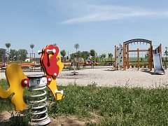 Oranžové hřiště ve Smetanových sadech ve Vyškově navštěvují nejen rodiče s dětmi. Zvykli si ho využívat i pejskaři pro venčení svých mazlíčků.