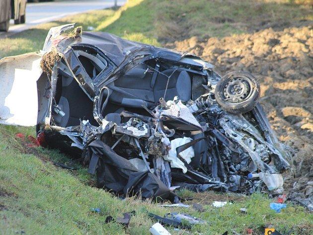 Střet s protijedoucím kamionem se čtyřiačtyřicetileté řidičce stal osudným.