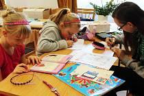 V Křenovicích vystavují děti i dospělí své výrobky.