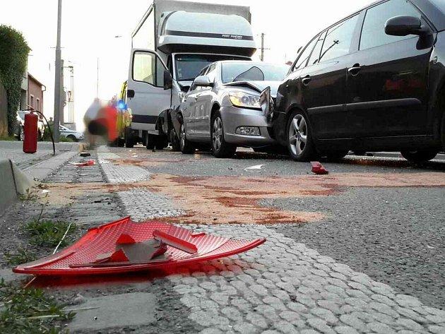 Dopravu na silnici I/50 nedaleko Bučovic zbrzdila v pátek večer hromadná nehoda čtyř aut. Zranili se při ní tři lidé. Ke střetu dvou osobních aut, náklaďáku a dodávky došlo krátce po osmé hodině v bučovické místní části Vícemilice.