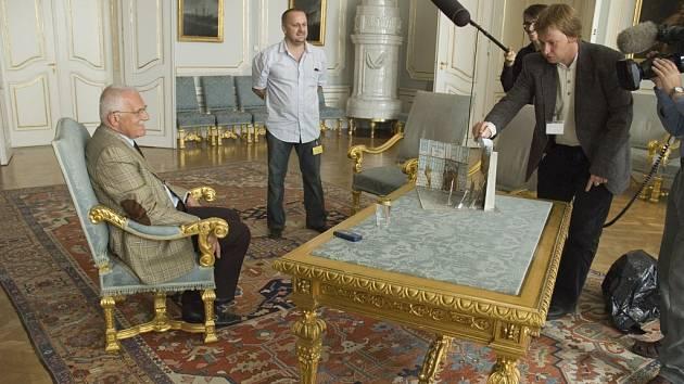 Hlavní rekvizitou Procházkova filmu je papírové diorama. Hlavním hrdinou pak prezident republiky Václav Klaus. Režisér Radim Procházka je vpravo.