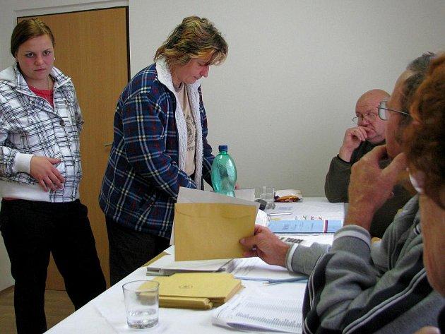 Ria Maršounová přišla hlasovat v komunálních volbách v Dobročkovicích.