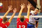 V I. lize volejbalistů prohrála Tesla Brno (červené dresy) v domácí hale v Lesné se Sokolem Bučovice 2:3.