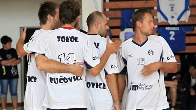 Druholigoví volejbalisté Sokola Bučovice obsadili druhé místo ve II. ročníku Memoriálu Karla Lázničky ve Šlapanicích.