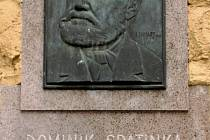 Pamětní deska, zhotovená akademickým sochařem Karlem Lenhartem z Olomouce,  byla odhalena na Špatinkově, později Pavízově, mlýně. Ten je v Rousínovci k vidění dodnes.