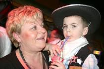 Maškarní ples v Sokolovně v Dědicích ve Vyškově naštívily desítky dětí přestrojených za pohádkové bytosti.