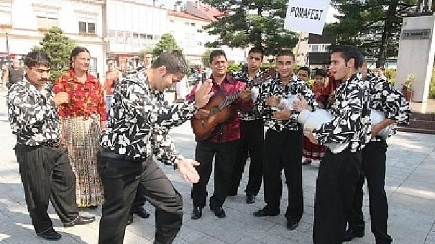 Poněkud jiný druh folklóru předvedou rumunští tanečníci Vyškovanům v Posádkovém domě armády.