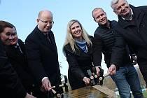Poklepáním základního kamene ve Slavkově u Brna symbolicky začala rekonstrukce atletického stadionu.