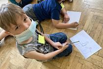 Děti s klienty chráněného bydlení.