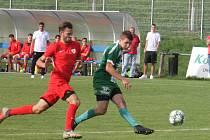 Fotbalisté Rousínova (zelené dresy) porazili v utkání krajského přeboru favorizované Bohunice vysoko 4:0.