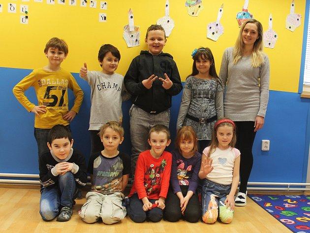 Žáci první třídy ze ZŠ Komořany spaní učitelkou Terezou Tihelkovou.