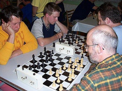 Součástí každoročního zájezdu šachistů do Vysokých Tater je i jejich vzájemné měření sil v bleskové hře. Letos se v něm nejvíce dařilo členu bučovického klubu Petru Kunčarovi (čelem u vzdálenější šachovnice), jenž si tak připsal cenné vítězství.