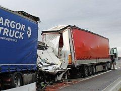 Nehoda kamionů na dálnici D1 u Holubic na Vyškovsku.