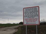 Na příjezdovou cestu k bývalé motokrosové dráze ve Vážanech nad Litavou vedení vesnice umístilo ceduli. Řidiče kamionů upozorňuje na zákaz navážení hlíny.