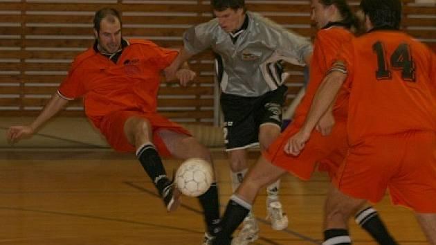 Futsalisté Pivovaru (ve světlém) a Amoru Vyškov nastoupili na sklonku roku k dalším důležitým zápasům divize. S bodovým ziskem odcházeli ze hřiště jen hráči prvně jmenovaného celku.