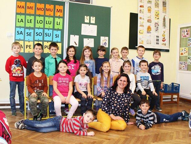 Žáci 1.B ze ZŠ Otnice spaní učitelkou Marií Životskou.