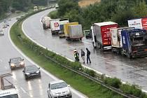 Hromadná nehoda zablokovala dálnici D1 u Rousínova.