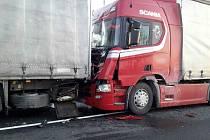 Střet dodávky a dvou kamionů zablokoval v pondělí v sedm hodin ráno provoz na silnici I/50. Došlo k němu v katastru obce Křižanovice. Při nehodě se lehce zranil řidič jednoho kamionu.