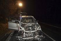 Téměř nové auto Audi Q7 shořelo v noci u Nížkovic na Vyškovsku. Škoda podle předběžného odhadu dosahuje 1,8 milionu korun.