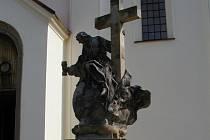 Chátrající barokní socha Boha otce z osmnáctého století, která stojí před kostelem svátého Michaela ve Švábenicích na Vyškovsku.