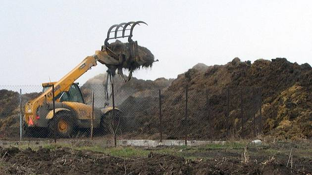 Zápach z hnojiště obtěžuje obyvatele Rošťoutek.