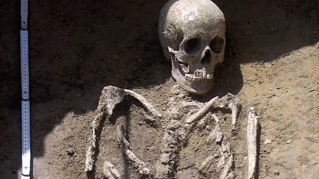 Archeologové otevřeli zatím dvanáct hrobů a před sebou mají ještě výzkum dalších devíti.