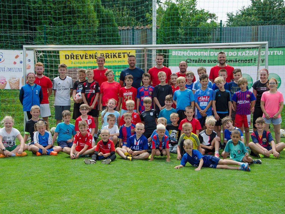 Snímky jsou z loňského letního kempu OFS Vyškov pro nejmladší fotbalisty v Komořanech .