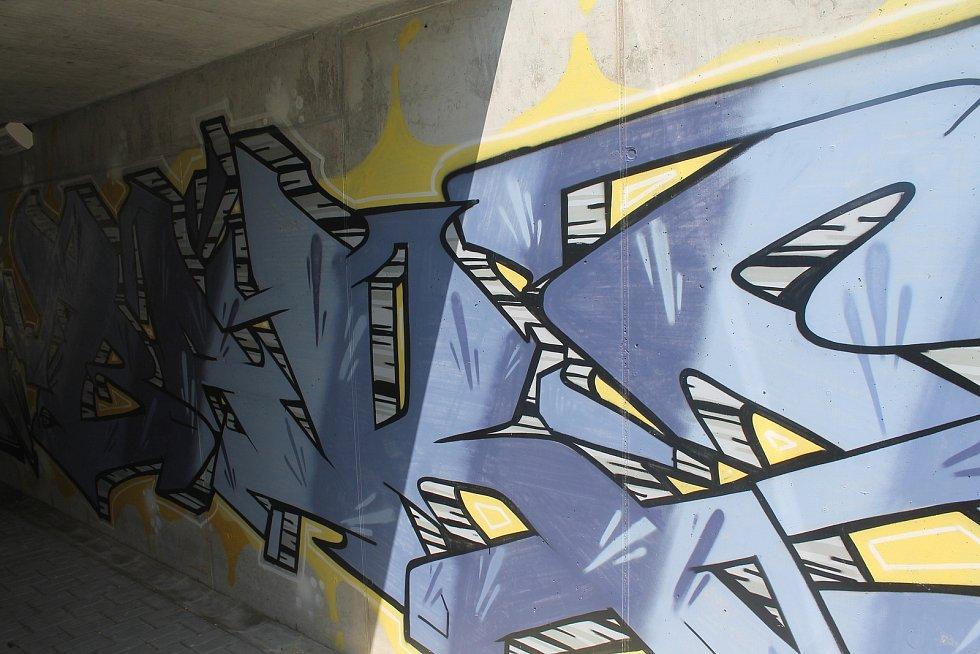 Podchod je vyzdobený s graffiti.